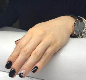 Klein Fanni CND Color Education Ambassador CND fekete csajos köröm és manikűrje a belvárosi szépségszalonban